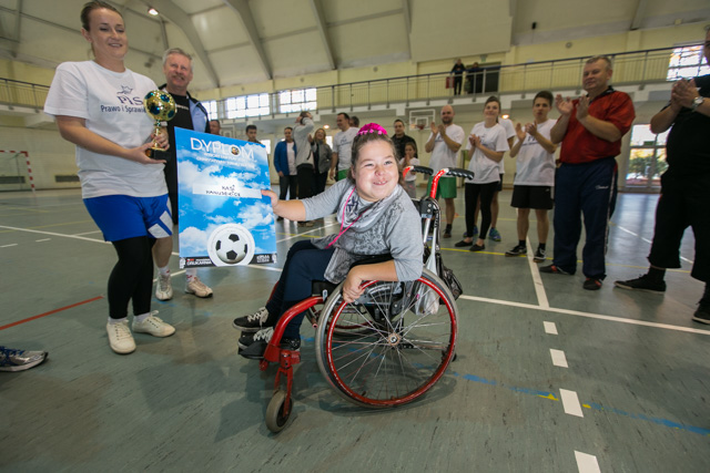Kasia Hanusewicz dostała dyplom i puchar od kapitanów turniejowych drużyn.